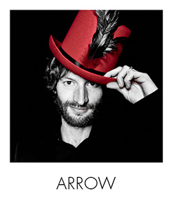 noir-et-blanc-rouge-arrow-studio-photo
